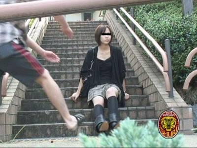 強襲撮 素人娘パンツ狩り!!1